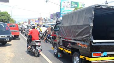 Ruas jalan Ajibarang-Brebes dikenal sebagai ruas padat kendaraan yang berisiko macet. (Foto: Liputan6.com/Muhamad Ridlo)