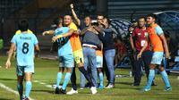 Pemain dan ofisial Persela Lamongan merayakan kemenangan pertama mereka di Shopee Liga 1 2019 usai mengalahkan Kalteng Putra dengan skor telak 3-0 di Stadion Surajaya, Lamongan, Kamis (11/7/2019). (Bola.com/Aditya Wany)