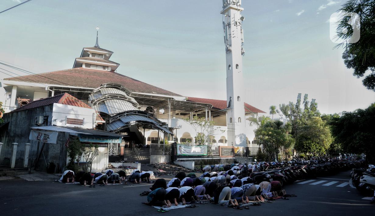 Warga melaksanakan salat Idul Fitri 1441 H berjemaah di Masjid Jami Assa'Dah kebayoran Lama, Jakarta, Sabtu (24/5/2020). Warga yang hendak salat Id diwajibkan untuk menerapkan protokol kesehatan. (Liputan6.com/Johan Tallo)