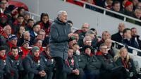 Pelatih Manchester United Jose Mourinho memberi arahan kepada pemainnya saat melawan Arsenal dalam pertandingan Liga Inggris di stadion Emirates, London (2/12). (AP Photo/Kirsty Wigglesworth)