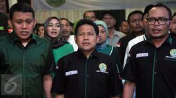 Ketua Umum PKB, Muhaimin Iskandar (tengah) bersama Sekjen PKB, Abdul Kadir Karding (kiri), dan Menaker, Hanif Dhakiri, saat menghadiri Tasyakuran Harlah ke-17 Garda Bangsa di kantor DPP PKB, Jakarta, Jumat (11/3). (Liputan6.com/Johan Tallo)