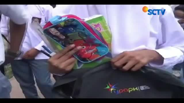 Siswa tingkat SD, SMP hingga SMA antusias menerima bantuan alat tulis dari uluran tangan para dermawan melalui YPAPK