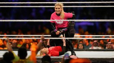 Pegulat Natalya Neidhart (atas) mengalahkan lawannya, Lacey Evans pada pertarungan World Wrestling Entertainment (WWE) untuk perempuan di Stadion Internasional King Fahd, Riyadh, 31 Oktober 2019. Kerajaan Arab Saudi untuk pertama kalinya menggelar pertandingan gulat WWE perempuan. (AP/Amr Nabil)