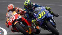 Detik-detik ketika Marc Marquez (kiri) menyenggol Valentino Rossi (Twitter/MotoGP).