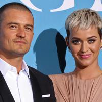 Aktor Inggris, Orlando Bloom dan penyanyi AS, Katy Perry tampil bersama di karpet merah Gala untuk Global Ocean di Monaco, Rabu (26/9). Ini merupakan debut karpet merah mereka untuk pertama kali pasca kembali menjalin hubungan asmara. (AFP/Valery HACHE)