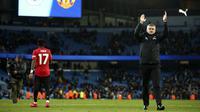 Pelatih Manchester United, Ole Gunnar Solskjaer bertepuk tangan ke arah fans usai pertandingan semifinal Piala Liga Inggris di stadion Etihad, Manchester, Rabu (29/1/2020). MU menang 1-0 atas City namun gagal ke final karena skor agregat 3-2. (AP Photo/Dave Thompson)