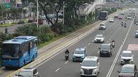 Suasana arus lalu lintas di Jalan Jenderal Sudirman, Jakarta, Senin (23/11/2020). Aturan sistem ganjil genap belum diberlakukan di tengah perpanjangan penerapan pembatasan sosial berskala besar (PSBB) transisi hingga dua minggu ke depan di Ibu Kota. (Liputan6.com/Immanuel Antonius)