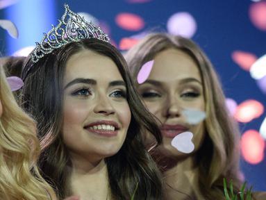 Maria Vasilevich (tengah) tersenyum setelah dinobatkan sebagai Miss Belarus 2018 di Minsk, Belarusia (4/5). 30 model mengambil bagian dalam final kontes - yang diadakan sejak tahun 1998 ini. (AFP Photo/Maxim Malinovsky)