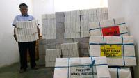 Petugas KPU Kota Malang, Jawa Timur, mempersiapkan logistik pemilu 2019 di gudang mereka (Liputan6.com/Zainul Arifin)