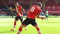 Pemain Southampton, James Ward-Prowse melakukan selebrasi bersama Danny Ings usai mencetak gol ke gawang Everton pada laga Liga Inggris di Stadion St. Mary's Minggu (25/10/2020). Southampton menang dengan skor 2-0. (Andy Rain/Pool via AP)