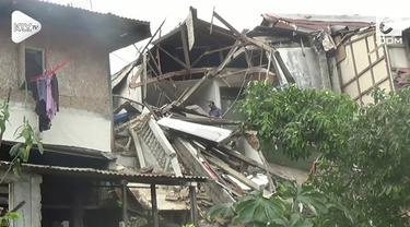 Sebuah bangunan tua ambruk di Bogor, Jawa Barat. Akibatnya, sembilan rumah yang ada di bawahnya ikut tertimpa.