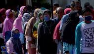 Antrean warga saat hendak membeli sembako murah di Banda Aceh, Aceh, Kamis (14/5/2020). Di tengah pandemi virus corona COVID-19, hadirnya penjualan sembako murah sangat membantu sebagian warga untuk memenuhi kebutuhan hidup. (CHAIDEER MAHYUDDIN/AFP)