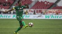 Gelandang PSMS Medan, Legimin Raharjo, mengontrol bola saat melawan Sriwijaya FC pada perebutan tempat ketiga Piala Presiden di SUGBK, Jakarta, Sabtu (17/2/2018). PSMS kalah 0-4 dari Sriwijaya FC. (Bola.com/Vitalis Yogi Trisna)