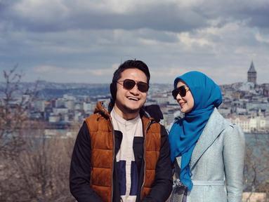 Pasangan presenter Fenita dan Arie Untung menjadi salah satu keluarga artis yang jauh dari gosip miring. Sudah mengarungi rumah tangga selama 14 tahun, nyatanya tak membuat keromantisan keduanya menjadi berkurang. (Liputan6.com/IG/fenitarie)