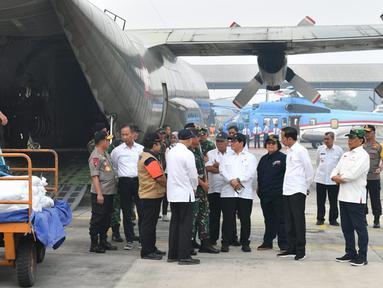 Presiden Joko Widodo (Jokowi) berbincang saat meninjau kesiapan operasional pesawat penyemai di Lanud Roesmin Nurjadin, Kota Pekanbaru, Selasa (17/9/2019). Setidaknya, sebanyak 52 pesawat dikerahkan untuk memadamkan kebakaran hutan dan lahan (karhutla) di Riau. (Liputan6.com/HO/Biro Pers Setpres)