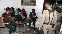 Wanita yang terjaring dalam razia penegakkan syariat islam di Kantor Satpol PP, Banda Aceh, Jumat (9/9).(Antara)