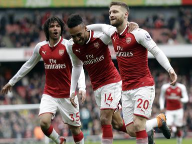 Para pemain Arsenal merayakan gol yang dicetak oleh Pierre-Emerick Aubameyang ke gawang Watford pada laga Preimer League di Stadion Emirates, Minggu (11/3/2018). Arsenal menang 3-0 atas Watford. (AP/Matt Dunham)