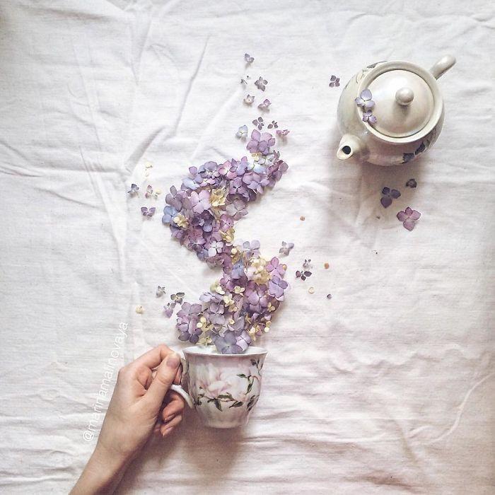 Waw! Teko teh ini kalau dituang keluar bunga. Kok bisa, ya? (Via: boredpanda.com)