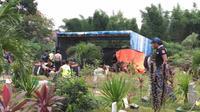 Polisi gali makam Dafa bocah 7 tahun di Tangerang yang dikabarkan tewas diduga dianiaya (Liputan6.com/Pramita)