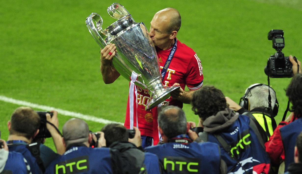 Arjen Robben, sayap lincah berusia 37 tahun mengumumkan pensiun yang kedua kalinya di klub masa kecilnya, Groningen pada 15 Juli 2021. Kali pertama ia mengumumkan pensiun adalah pada 2019 lalu usai lepas dari Bayern Munchen. Berikut 5 tim yang pernah dibelanya. (Foto: AFP/Glyn Kirk)
