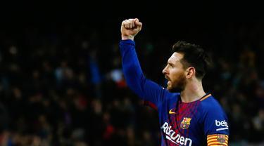 Selebrasi pemain Barcelona, Lionel Messi  setelah mencetak gol ke gawang Leganes di Stadion Camp Nou, Barcelona, Spanyol, Sabtu (7/4). Messi sukses mencetak hattrick pada laga tersebut. (AP Photo/Manu Fernandez)