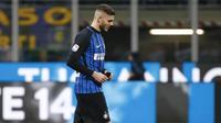 Striker Inter Milan, Mauro Icardi, tampak kecewa usai gagal mengalahkan Lazio pada laga Serie A, Italia di Stadion Giuseppe Meazza, Milan, Sabtu (30/12/2017). Inter Milan ditahan imbang 0-0 oleh Lazio. (AP/Antonio Calanni)