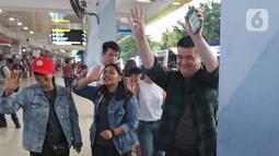 Sejumlah keluarga dan kerabat menjemput WNI yang selesai menjalani masa observasi virus corona dari Natuna, di Bandara Halim Perdanakusuma, Jakarta, Sabtu (15/2/2020). Pemerintah secara resmi memulangkan 238 WNI ke daerah masing-masing karena telah dinyatakan sehat. (Liputan6.com/Herman Zakharia)