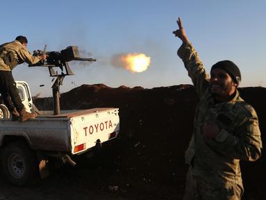 Tentara Pembebasan Suriah (FSA) yang didukung Turki memborbardir Unit Pertahanan Rakyat Kurdi (YPG) di Desa Um al-Hosh, Afrin, Suriah, Sabtu (20/1). Pasukan Turki mulai menembaki markas YPG Afrin dari perbatasan provinsi Hatay. (Foto DHA-Depo via AP)