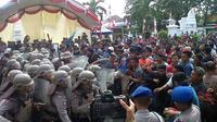 Simulasi penanganan kericuhan saat Pilkada Banten 2017 digelar di Kota Serang. (Liputan6.com/Yandhi Deslatama)