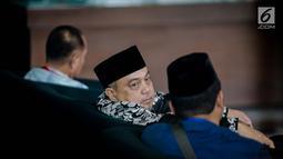 Politikus PKS, Tamsil Linrung berada di ruang tunggu Gedung KPK untuk menjalani pemeriksaan, Jakarta, Jumat (12/1). Tamsil akan diperiksa sebagai saksi untuk tersangka anggota DPR Fraksi Golkar Markus Nari terkait kasus E-KTP. (Liputan6.com/Faizal Fanani)