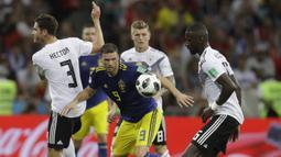 Striker Swedia, berusaha melewati kepungan pemain Jerman pada laga grup F Piala Dunia di Stadion Fisht, Sochi, Sabtu (23/6/2018). Jerman menang 2-1 atas Swedia. (AP/Michael Probst)