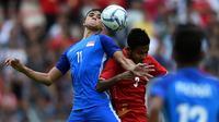 Striker muda Timnas Singapura, Ikhsan Fandi (kiri) di Piala AFF 2018. (MANAN VATSYAYANA / AFP)