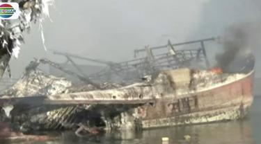 Selain faktor angin yang cukup kencang, lokasi kapal yang terbakar sebagian berada di tengah laut menjadi kendala upaya pemadaman.
