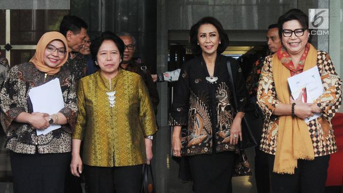 Ketua Pansel Calon Pimpinan KPK Yenti Ganarsih (dua kanan) didampingi Wakil Ketua KPK Basaria Panjaitan (kanan) usai menggelar pertemuan di Gedung KPK, Jakarta, Rabu (12/06/2019). Pertemuan membahas keberhasilan sekaligus kendala kinerja KPK pada periode ini. (merdeka.com/Dwi Narwoko)