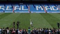 Penyerang Real Madrid Rodrygo Goes memainkan bola saat dirinya diperkenalkan secara resmi di Stadion Santiago Bernabeu, Madrid, Spanyol, Selasa (18/6/2019). Pemain asal Brasil tersebut secara resmi telah bergabung dengan Real Madrid. (AP Photo/Manu Fernandez)