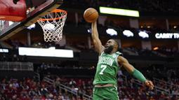 Pebasket Boston Celtics, Jaylen Brown, berusaha memasukkan bola saat melawan Houston Rockets pada laga NBA Rabu (12/2/2020). Houston Rockets menang 116-105 atas Boston Celtics. (AP/David J. Phillip)