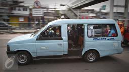 Angkutan umum melintas di kawasan Terminal Kampung Melayu, JakartaTimur, Selasa (17/11). Dinas Perhubungan DKI Jakarta menunda penerapan sanksi bagi angkutan umum yang tidak menutup pintu saat berjalan. (Liputan6.com/Immanuel Antonius)