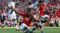 Striker Manchester United, Anthony Martial, berusaha membobol gawang Crystal Palace pada laga Premier League di Stadion Old Trafford, Manchester, Sabtu (24/8). MU kalah 1-2 dari Palace. (AFP/Lindsey Parnaby)