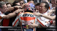 Pebalap Repsol Honda, Marc Marquez, merayakan kemenangannya pada MotoGP Austin di Texas, Amerika Serikat, Senin (11/4/2016) dini hari WIB. Pebalap Spanyol itu mencatatkan waktu 43 menit 57,945 detik. (EPA/Paul Buck)