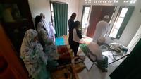 Satu keluarga di Kota Balikpapan menggelar Salat Idulfitri berjemaah di rumah akibat pandemi Covid-19.