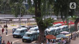 Angkutan umum parkir di kawasan penataan integrasi antarmoda Stasiun Tanah Abang, Jakarta Pusat, Minggu (7/6/2020). Semua moda angkutan transportasi umum diberi jalur khusus untuk mengangkut penumpang kereta rel listrik dengan tertib dan nyaman. (Liputan6.com/Angga Yuniar)