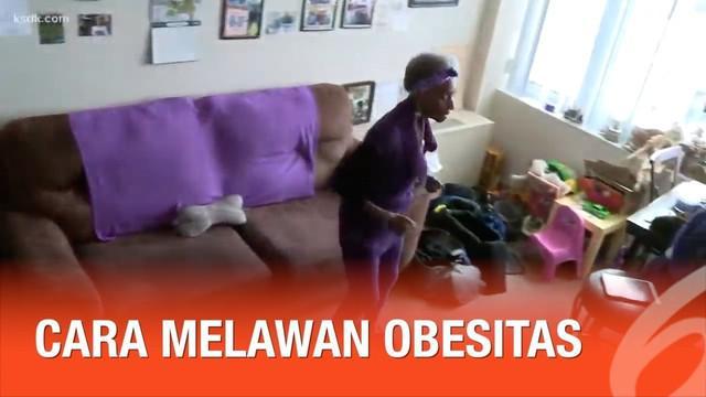 Seorang nenek berusia 86 tahun memiliki cara unik untuk melawan obesitas. Yakni dengan berjalan kaki dari ruang tamu hingga dapur setiap pagi.