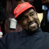 """Rapper Kanye West saat bertemu dengan Presiden AS, Donald Trump di Oval Office, Gedung Putih, Kamis (11/10). West mengenakan topi bertuliskan slogan yang kerap digaungkan Trump, yakni """"Make America Great Again"""". (AP/Evan Vucci)"""