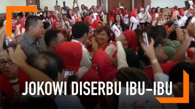 Presiden Jokowi menghadiri hadiri deklarasi dukungan terhadap dirinya. Acara digalang oleh Kelompok Perempuan UMKM 4.0. Kedatangan Jokowi membuatnya diserbu ibu-ibu hadirin.