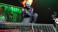Aksi vokalis Slipknot, Corey Taylor di atas panggung (Slipknot Official Facebook Page)