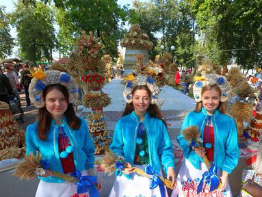 Orang-orang yang mengenakan kostum tradisional ambil bagian dalam pameran pertanian di Minsk, Belarus, 26 September 2020. Berbagai pameran pertanian digelar di seluruh Belarus untuk merayakan panen musim gugur. (Xinhua/Henadz Zhinkov)