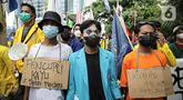 Mahasiswa yang tergabung dalam Aliansi BEM Seluruh Indonesia (BEM SI) menggelar aksi di sekitar Gedung Merah Putih KPK, Jakarta, Senin (27/9/2021). Aksi yang diikuti ratusan mahasiswa tersebut menuntut pembatalan pemecatan 57 pegawai KPK pada 30 September mendatang. (Liputan6.com/Faizal Fanani)