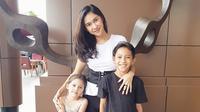 Kekompakan rumah tangga Nana Mirdad dan Andrew White kerap membuat publik jadi iri. (Foto: instagram.com/nanamirdad_)