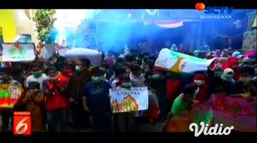 Sebuah aksi teatrikal dipentaskan oleh siswa siswi Sekolah Dasar di kawasan Surabaya dalam rangka memberi dukungan terhadap saudara-saudara yang sedang berjuang melawan asap di Kalimantan dan Riau.