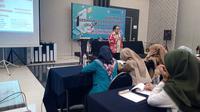 Kepala Balai Bahasa Provinsi Jawa Barat Umar Solikhan, tengah memberikan materi kepada 200 santri Garut, dalam peelatihan Diseminasi Gerakan Literasi Nasional di Garut, Jawa Barat (Liputan6.com/Jayadi Supriadin)